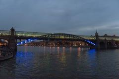 Lange brug bij nacht Royalty-vrije Stock Afbeelding