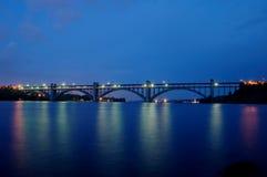 Lange brug in de nacht Royalty-vrije Stock Afbeeldingen