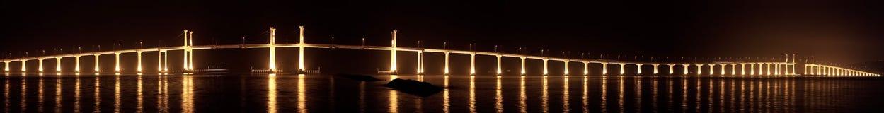Lange brug in de nacht Stock Fotografie