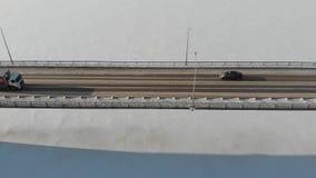 Lange brug over de bevroren rivier stock videobeelden