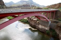 Lange brug over een rivier in de woestijn van Arizona stock foto's