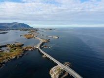 Lange Brugweg in Noorwegen dichtbij Atlantische weg stock afbeelding