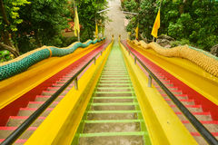 Lange bunte Treppe am Tempel lizenzfreie stockfotos
