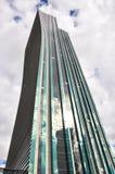 Lange bureauwolkenkrabber van beneden naar boven Stock Fotografie