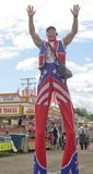 Lange Clown op Stelten Stock Afbeeldingen