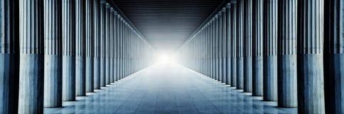 Lange colonnade met licht Stock Foto's
