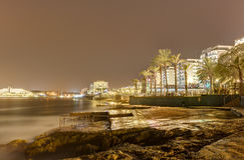 Lange de blootstellingsfoto van nachthdr van de kustlijn van Malta, Heilige Pauls Bay stock foto
