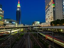 Lange de blootstellingsnacht van de Shinjukutrein royalty-vrije stock fotografie