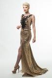 Lange de Manierkleding van de vrouwenschoonheid, Elegant Meisje in Gouden Toga Stock Afbeeldingen