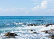 Lange de staartboot van de vissersaandrijving in kalme overzees Royalty-vrije Stock Foto's