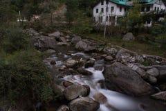 Lange die Blootstelling in Jibhi, Banjar-Vallei, Himachal wordt geschoten royalty-vrije stock afbeelding
