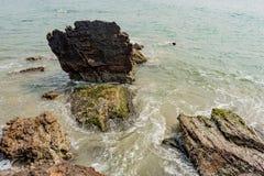 Lange die blootstelling met zijdeachtige vlotte water en rots op de achtergrond wordt geschoten royalty-vrije stock foto's