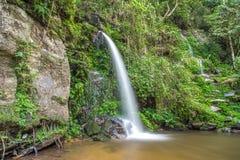 Lange die blootstelling van een mooie waterval wordt geschoten Stock Afbeelding