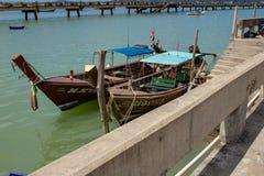 2 lange die Boten bij Chalong-Pijler worden gedokt stock afbeelding