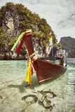 Lange die staartboot door een tropisch eiland, Thailand wordt vastgelegd royalty-vrije stock fotografie