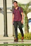 Lange Diverse Mannelijke Student With Books Walking op Campus royalty-vrije stock afbeeldingen