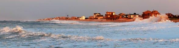 Lange Eilandenkust die door golven worden geslagen Stock Afbeelding