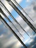 Lange Eiszapfen, die vom Dach hängen Diagonaly Lizenzfreies Stockbild