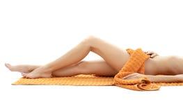 Lange Fahrwerkbeine der entspannten Dame mit orange Tuch #4 Stockfotos