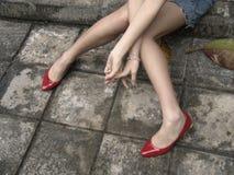 Lange Fahrwerkbeine mit roten Schuhen Lizenzfreies Stockbild