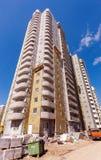 Lange flatgebouwen in aanbouw tegen een blauwe hemel Royalty-vrije Stock Afbeeldingen