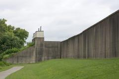 Lange floodwallsectie stock foto
