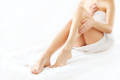 Lange Frauen-Beine lokalisiert auf Weiß. Enthaarung lizenzfreie stockfotografie