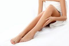 Lange Frauen-Beine lokalisiert auf Weiß.  Epilation Lizenzfreies Stockfoto