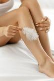 Lange Frauen-Beine mit schöner Haut Schönheits-Körperpflege-Konzept Lizenzfreie Stockfotografie