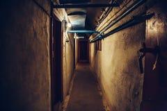 Lange gang of verlichte tunnel in schuilkelder, ondergrondse militaire bunker van koude oorlog, perspectief stock afbeeldingen