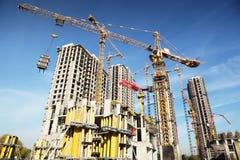 Lange gebouwen in aanbouw en kranen Royalty-vrije Stock Foto's