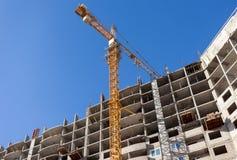 Lange gebouwen in aanbouw met kraan Stock Fotografie