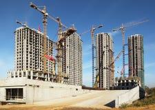 Lange gebouwen in aanbouw met kranen Royalty-vrije Stock Foto