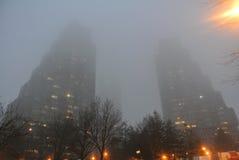 Lange gebouwen in de mist Stock Foto