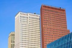 Lange Gebouwen tegen een Blauwe Hemel Stock Fotografie