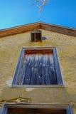Lange Gele gepleisterde koloniale structuur met kleurrijke vensters r Royalty-vrije Stock Foto