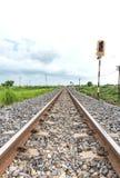 Lange gerade Eisenbahn auf Betonschwellen Stockbilder