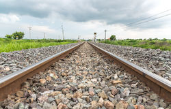 Lange gerade Eisenbahn auf Betonschwellen Lizenzfreies Stockbild