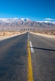 Lange gerade Straße in Nordargentinien stockfoto