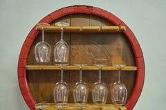 Lange glazen naast het vat royalty-vrije stock afbeelding