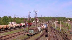 Lange goederentreinritten op spoorweg stock videobeelden