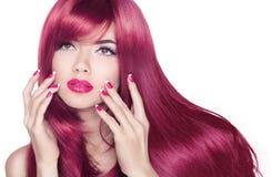 Lange golvend glanst haar Het aantrekkelijke meisje met manicure nagelt en is Royalty-vrije Stock Foto