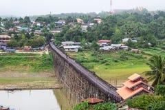 Lange hölzerne Brücke Lizenzfreies Stockfoto