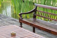 Lange hölzerne Stühle und hölzerne Tabelle Lizenzfreies Stockbild