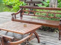 Lange hölzerne Stühle und hölzerne Tabelle Lizenzfreie Stockfotografie