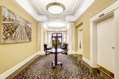 Lange Halle im Luxuswohngebäude Tacoma, WA Stockfotos