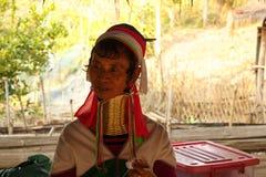 Lange halsstam in Thailand - lokale vrouwen die traditioneel kostuum dragen Royalty-vrije Stock Foto's