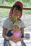 Lange Halsvrouw met hier Kind, Thailand Royalty-vrije Stock Afbeeldingen