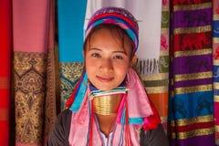 Lange Halsvrouw in traditionele kostuums stock afbeelding