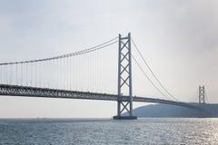 Lange hangbrug over oceaan royalty-vrije stock afbeeldingen